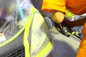 ヘッドライト磨き 黄ばみ取り施工中