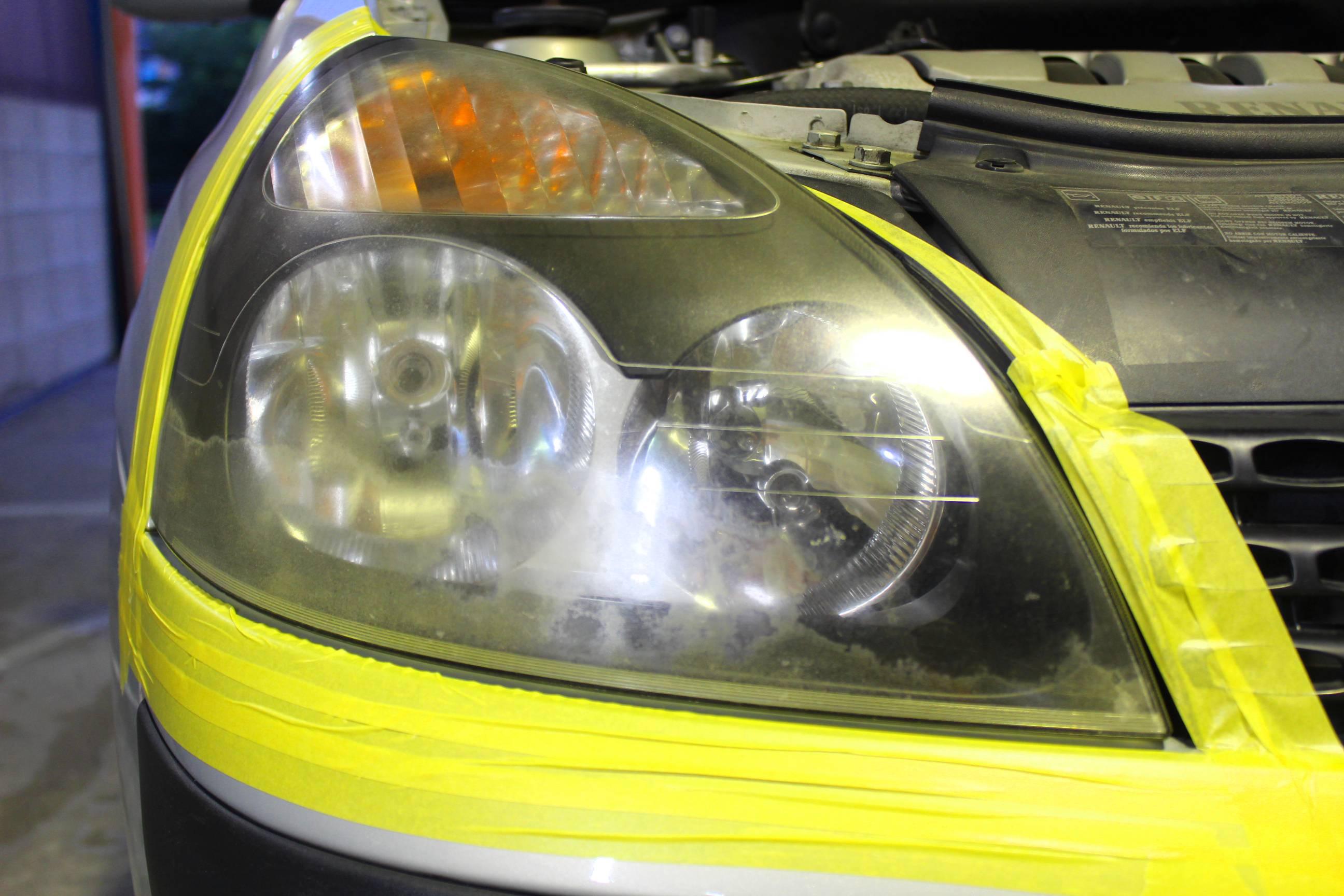 マスキングテープでヘッドライト以外の部分を養生