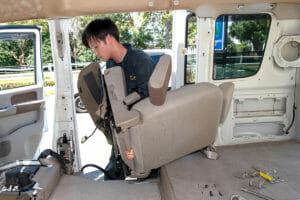 椅子(シート)や内装パーツを丁寧に取り外し 車内クリーニング
