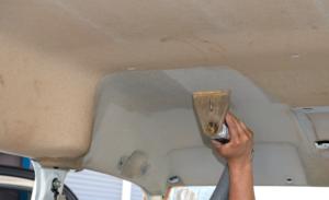 タバコのヤニ汚れ用に調合された洗剤を散布しホットリンサーで 強力吸引 車内クリーニング